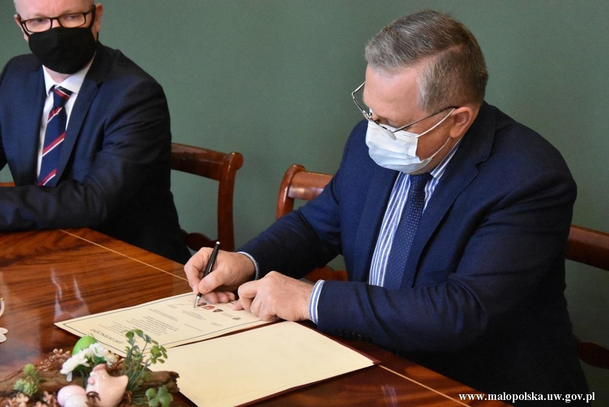 Podpis pod dokumentem potwierdzającym podjęcie wspólnych działań dla utworzenia nowej strażnicy w Wadowicach wraz z Jednostką Ratowniczo-Gaśniczą