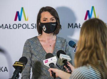 Marta Malec-Lech przedstawia informacje o nowych konkursach grantowych ogłoszonych przez Zarząd Województwa Małopolskiego