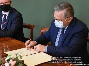 Starosta wadowicki podpisuje list intencyjny w sprawie budowy nowej siedziby wadowickich strażaków