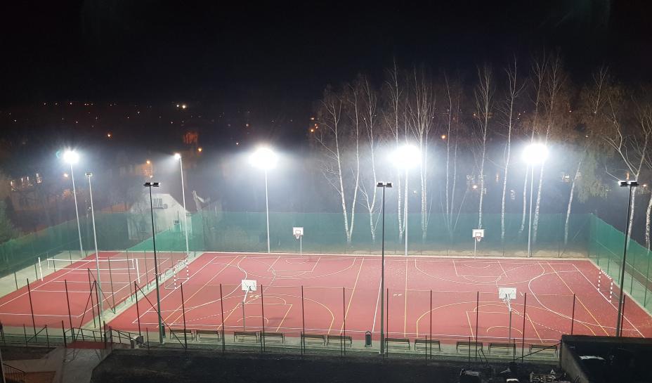 boisko sportpwe przy I LO w Wadowicach nocą