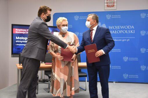 Rządowy Fundusz Rozwoju Dróg: wojewoda małopolski podpisał umowę z samorządowcami z Powiatu Wadowickiego
