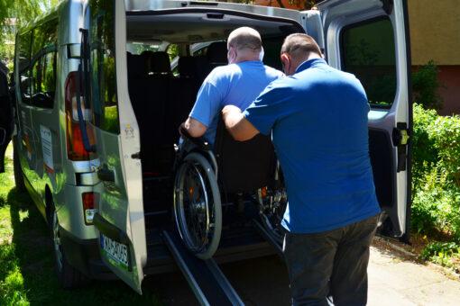 Już 103 osoby – 40 mężczyzn oraz 63 kobiety – skorzystały z usługi indywidualnego transportu door-to-door na terenie Powiatu Wadowickiego