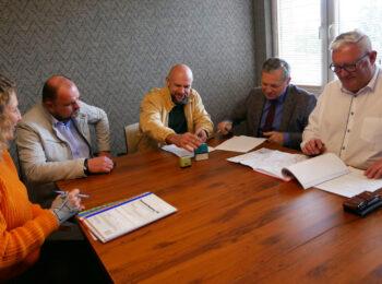 20 września 2021 r. podpisano umowę na wykonanie boiska przy ZSiPO w Kalwarii Z.